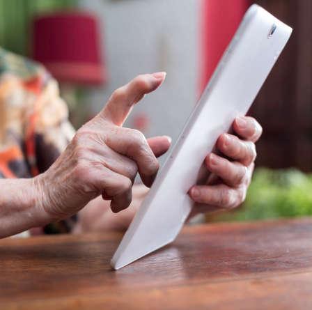 Hånd der trykker på tablet